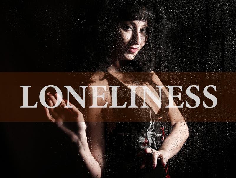 在虚屏写的寂寞 少妇忧郁的手和哀伤在窗口在雨中 库存图片