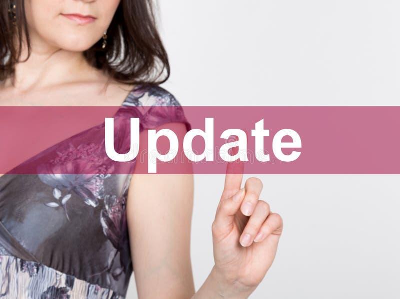 在虚屏写的更新 技术、互联网和网络概念 妇女在一件黑企业衬衣新闻中 库存图片