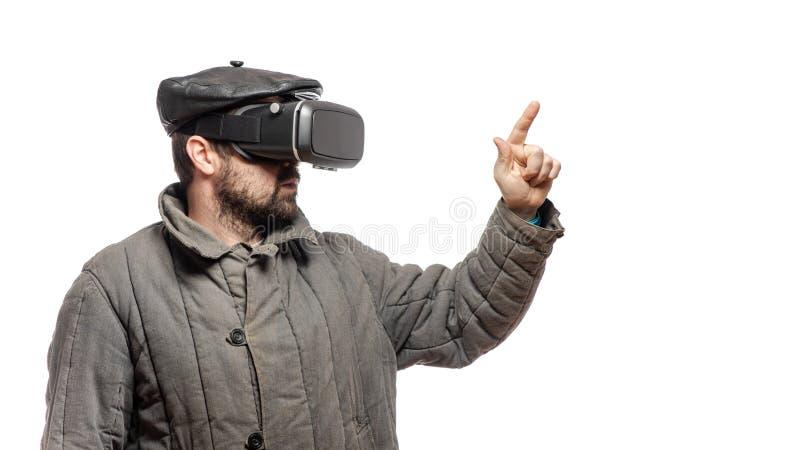 在虚拟现实耳机浸没的古板的人,演播室射击,与拷贝空间的横幅 免版税库存照片