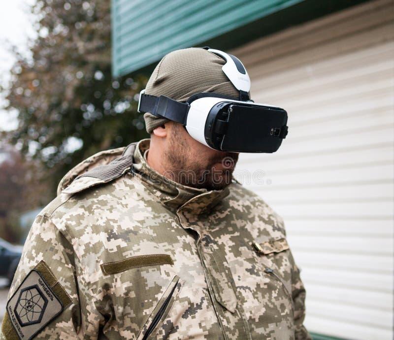 在虚拟现实耳机的保安 库存图片
