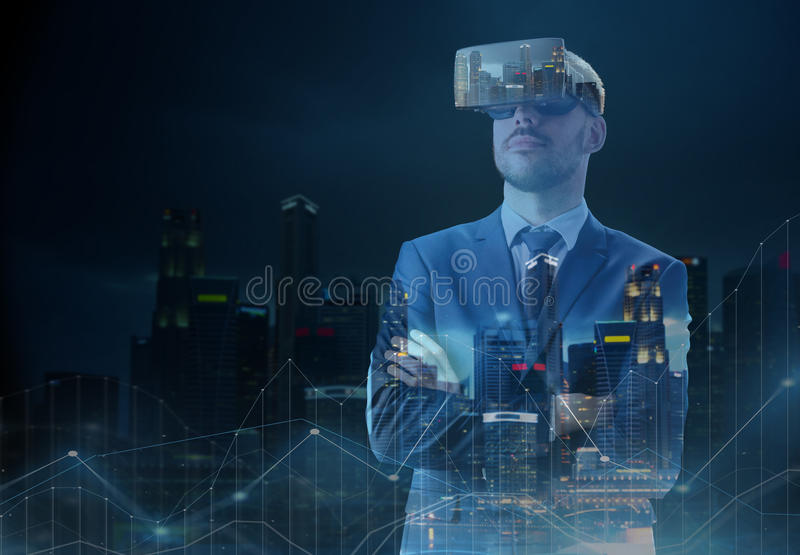 在虚拟现实耳机的商人在城市 免版税库存图片