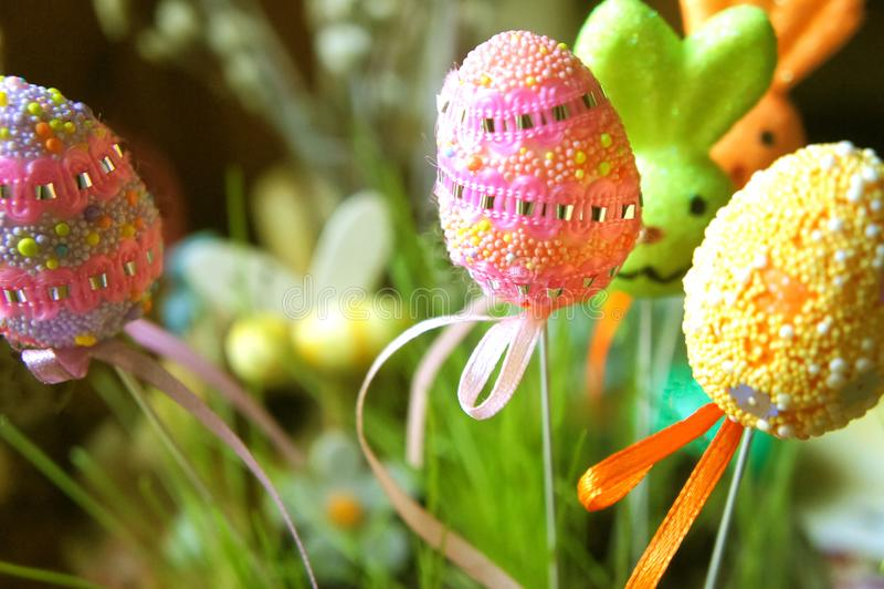 在蛋兔子棍子的逗人喜爱的复活节装饰品 免版税库存照片