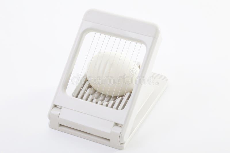 在蛋切削刀的鸡蛋 图库摄影