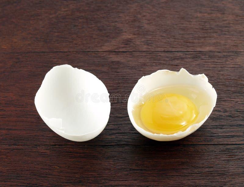 在蛋壳的未加工的鸡蛋 免版税库存照片
