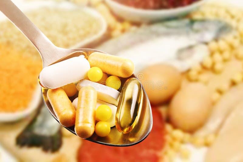 在蛋白质食物背景的膳食补充剂 免版税库存图片