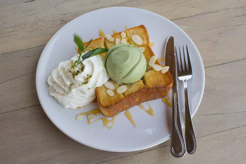 在蜂蜜多士和鞭子奶油的冰淇凌绿茶 免版税库存照片