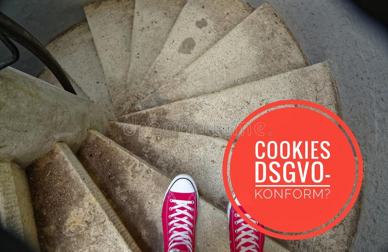 在螺旋形楼梯的红色运动鞋,当连同下坡在德国曲奇饼DSGVO-konform的题字在英国曲奇饼GDPR comp时 库存图片