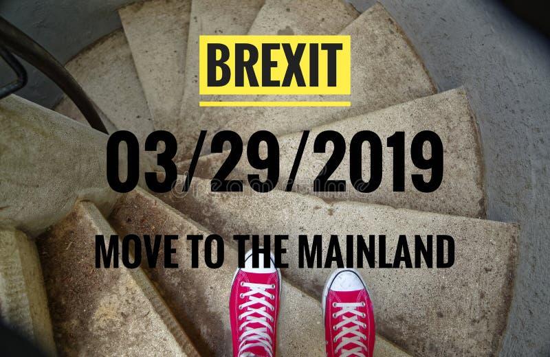 在螺旋形楼梯的红色运动鞋,当连同下坡题字用英语Brexit和03/29/2019和移动大陆, i时 图库摄影