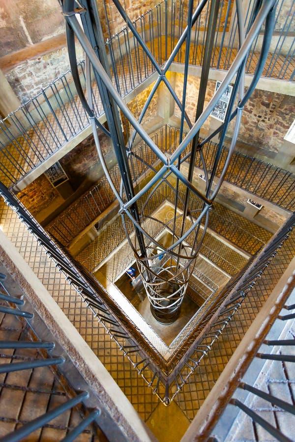 在螺旋管的电梯和在正方形的一架舷梯 抽象内部 库存照片