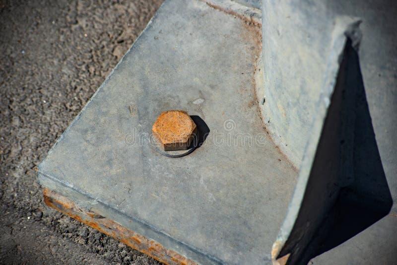 在螺栓的腐蚀有拿着重金属的专栏的坚果的 免版税库存图片