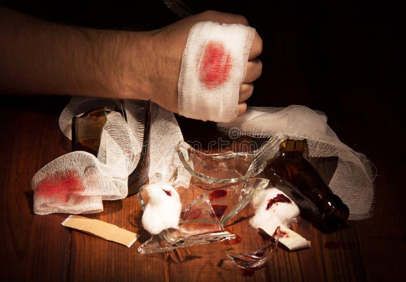 在血液和残破的玻璃的人的手 库存照片. 图片 包括有图片