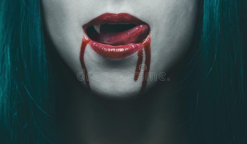在血液特写镜头的吸血鬼嘴唇 免版税图库摄影