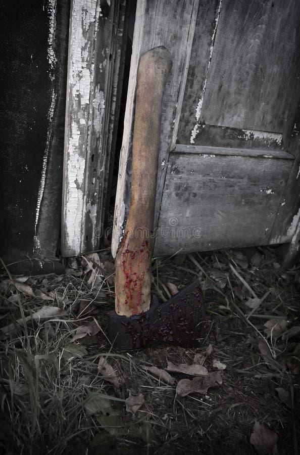 在血液的疯狂轴由难看的东西门 库存照片