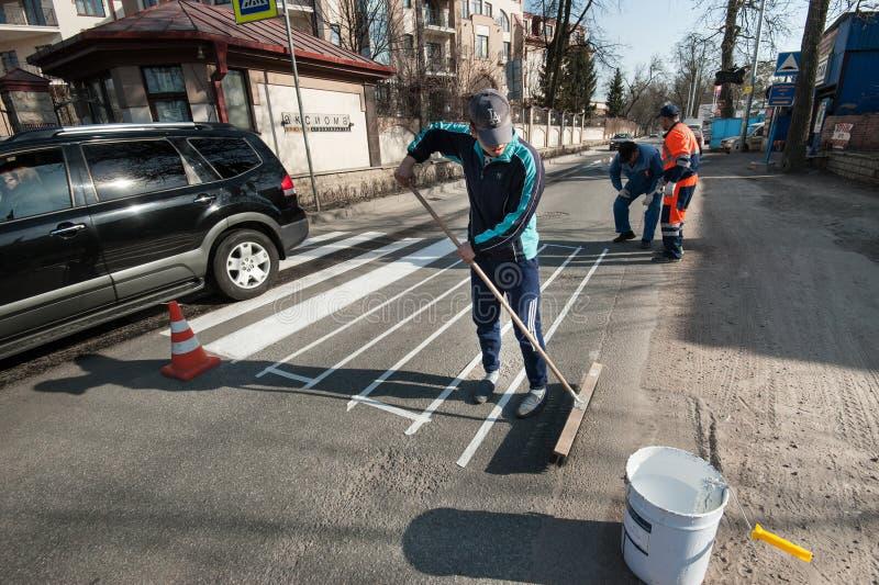 在行人交叉路的安排的指示的工作 免版税库存图片