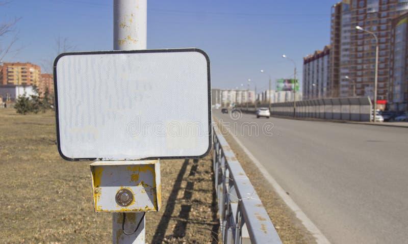 在行人穿越道的力量按钮红灯有一个空白的标志的 在一个空的标志能被申请于其中任一的题字 图库摄影