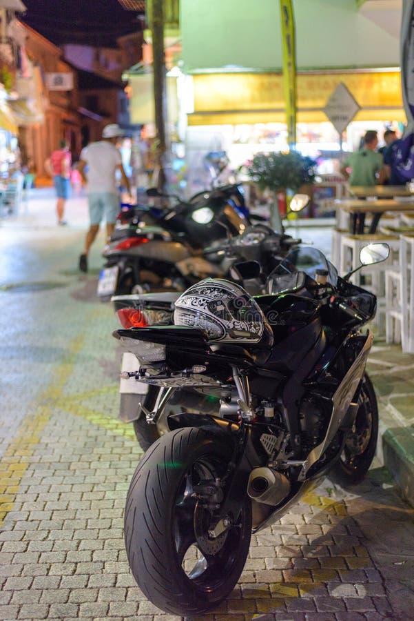 在行停放的摩托车 免版税库存图片