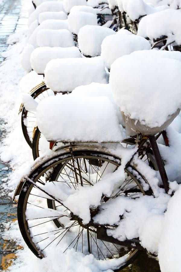 在雪的自行车 免版税库存图片