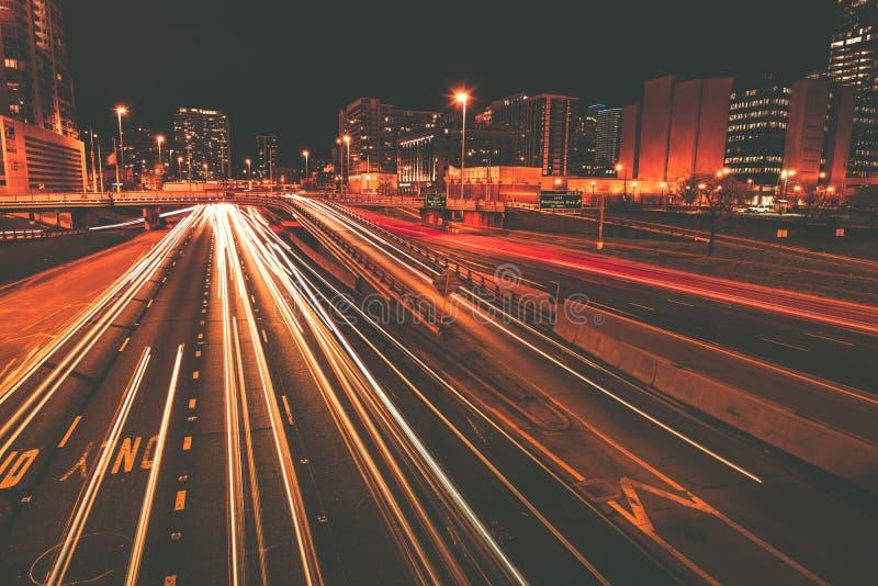 在行动的交通在晚上 免版税图库摄影