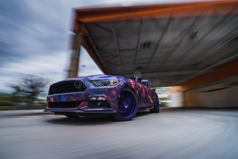 在行动的快速的美国肌肉汽车 库存图片