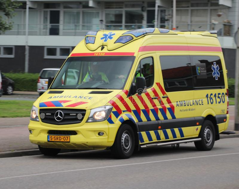 在行动的救护车在nieuwerkerk aan小室ijssel荷兰 库存图片