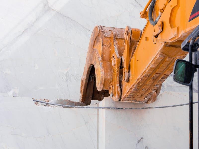 在行动的机械铁锹大理石提取的 库存照片