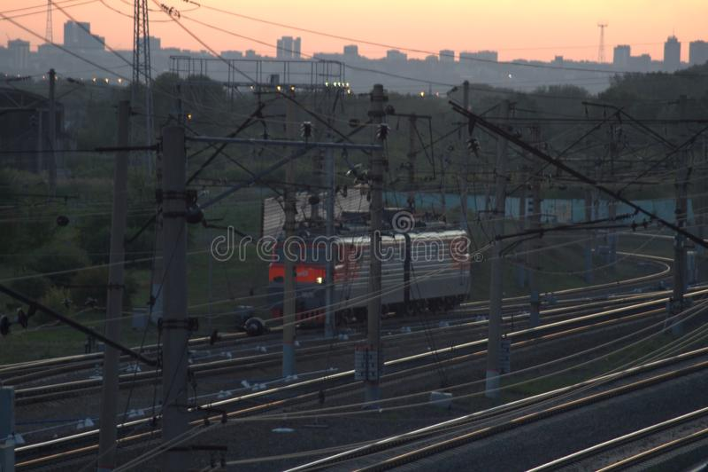 在行动的机车,铁路在晚上 库存照片