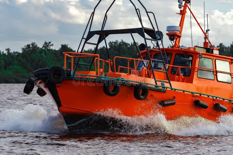 在行动的橙色领航船 免版税图库摄影