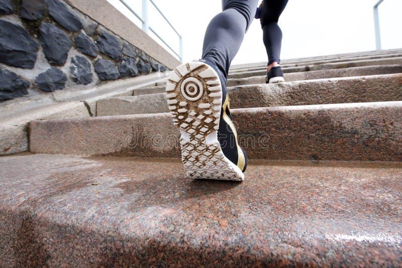 在行动的母赛跑者对楼梯 免版税图库摄影