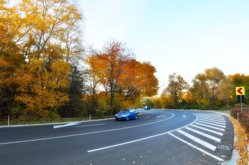 在行动的汽车在高速公路 库存照片