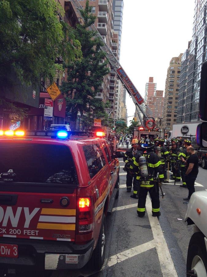 在行动的消防队员对第一条大道 库存图片