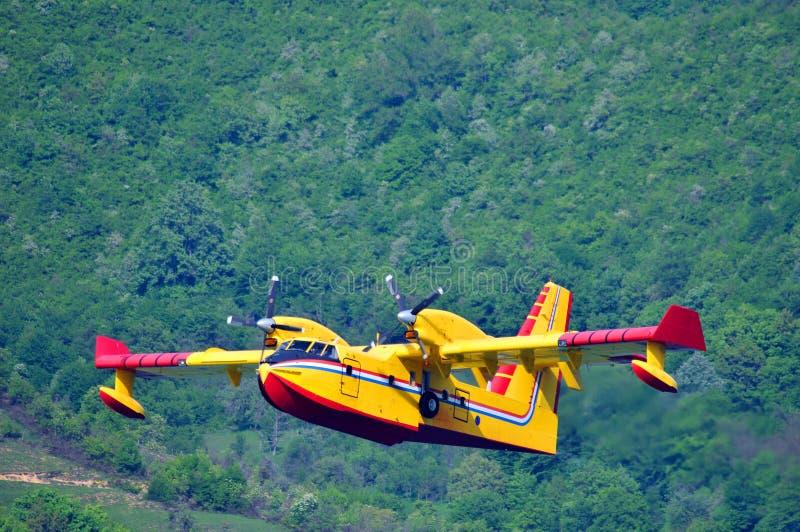 在行动的消防队员飞机 免版税库存图片