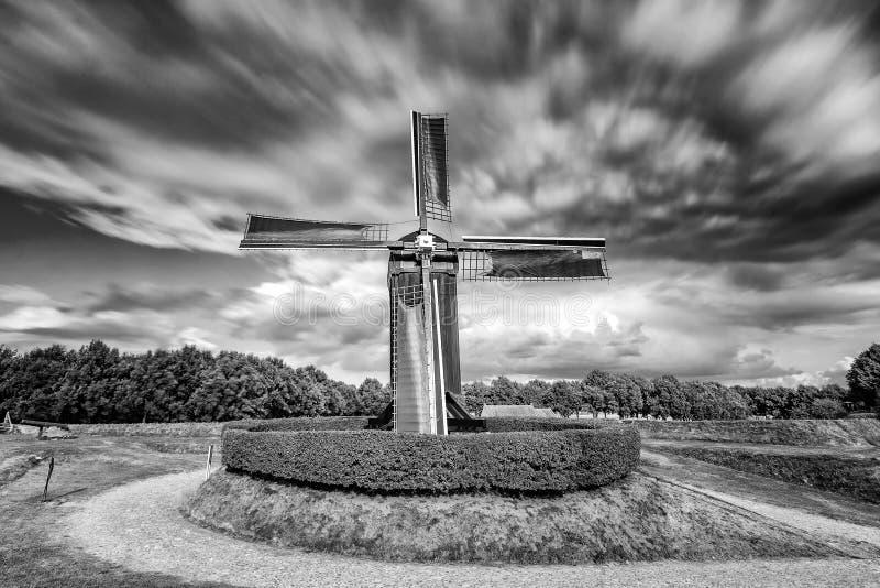 在行动的老风车在荷兰风景 免版税图库摄影
