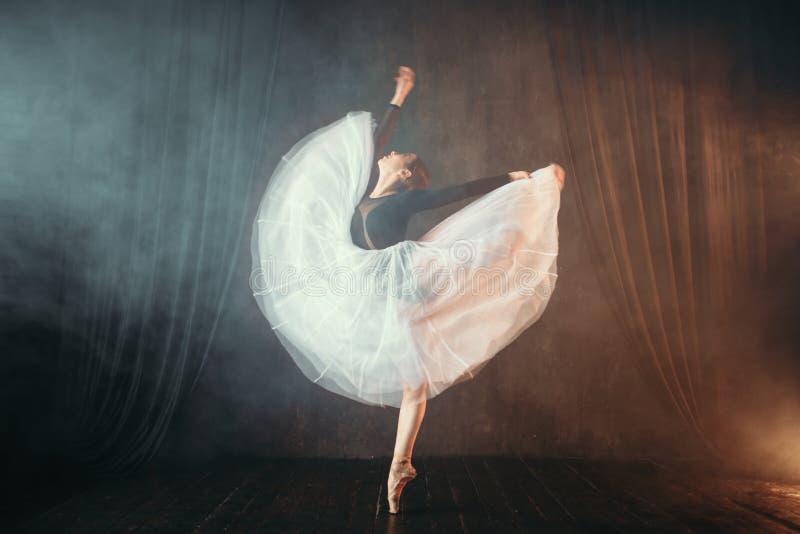 在行动的跳芭蕾舞者在阶段在剧院 免版税图库摄影
