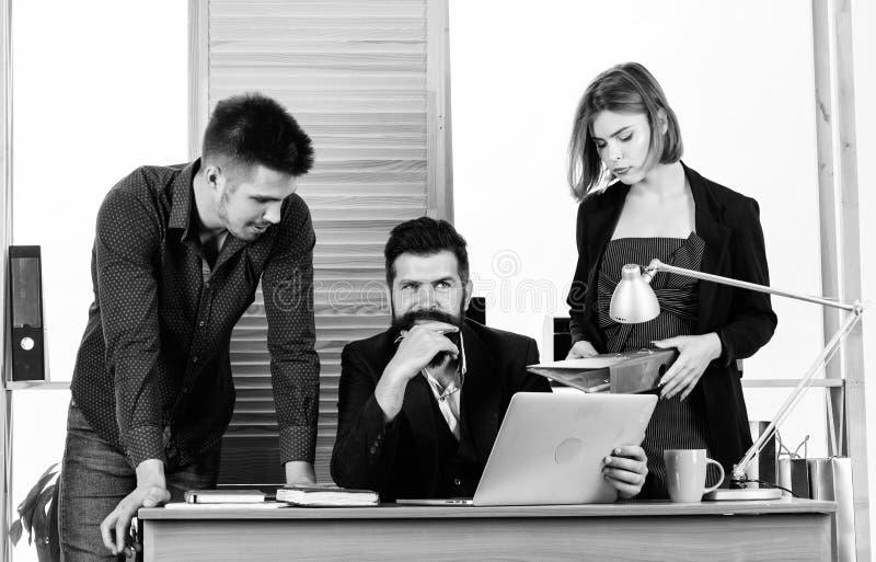 在行动的配合 和沟通在办公桌、表达能力和配合的企业队 库存照片