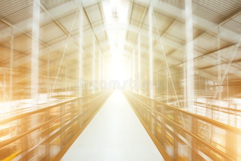 在行动的金属建筑退出轻的隧道抽象 库存照片