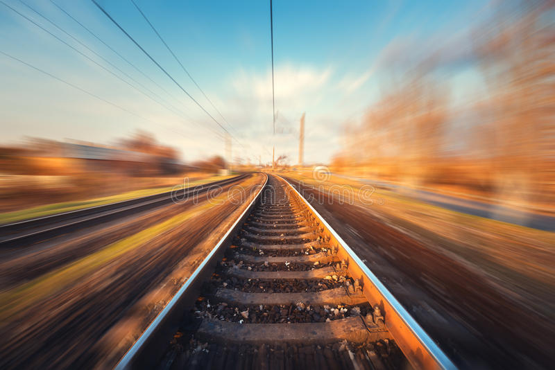 在行动的铁路在日落 被弄脏的火车站 库存图片