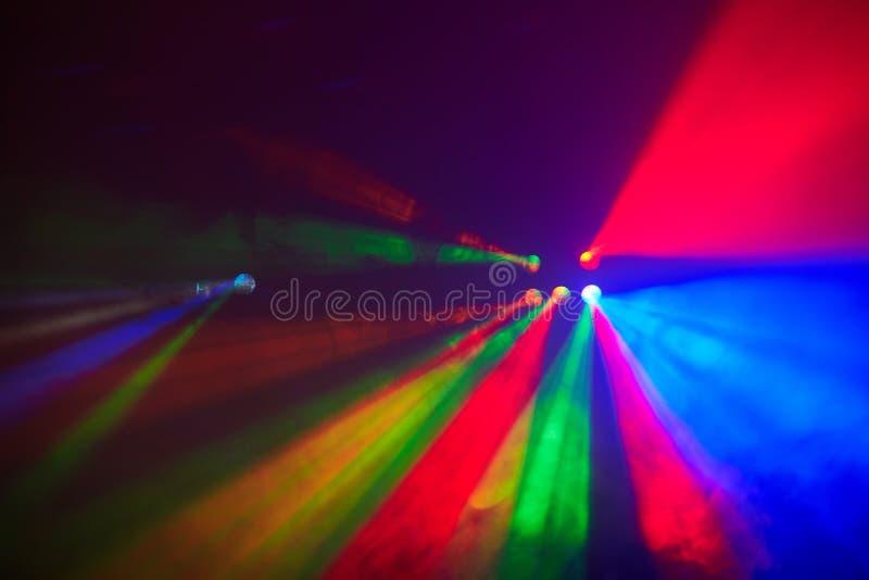 在行动的阶段光在音乐会 光展示 Lazer展示 免版税库存图片
