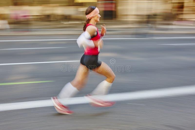在行动的马拉松运动员在街道上 r 图库摄影