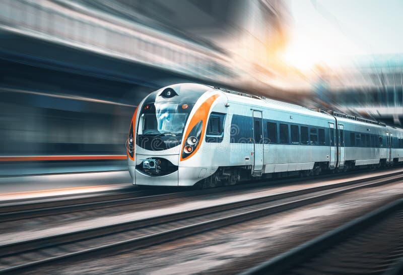在行动的高速火车在火车站. 地铁, 移动.图片