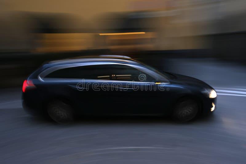 在行动的黑暗的汽车 免版税库存图片
