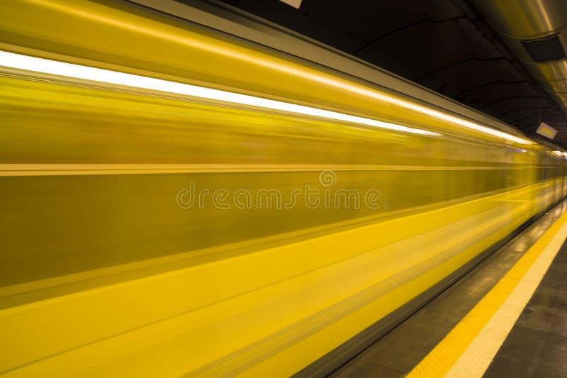 在行动的黄色地铁火车 库存图片