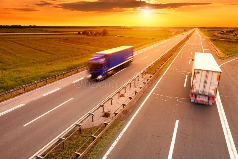 在行动迷离的蓝色和白色卡车在高速公路 免版税图库摄影
