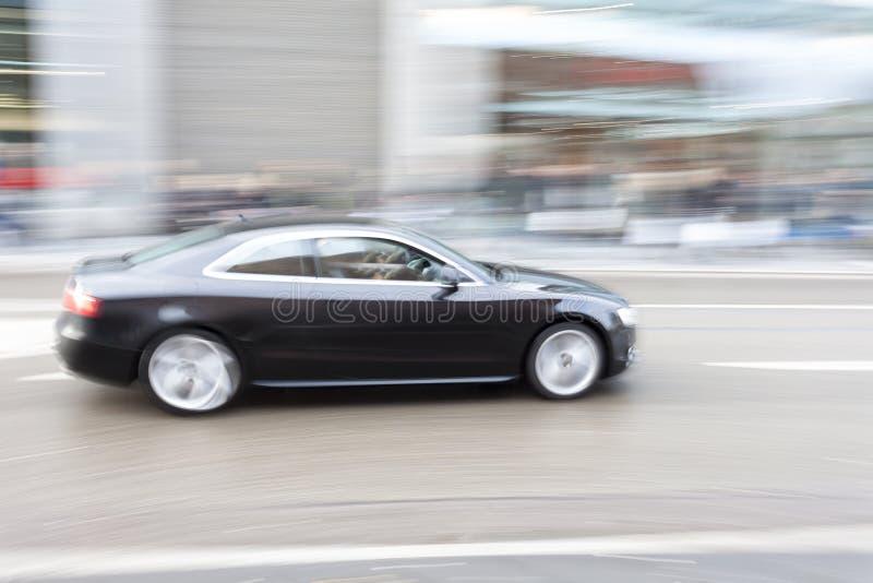 在行动迷离,快速地驾车的汽车在城市 免版税库存图片