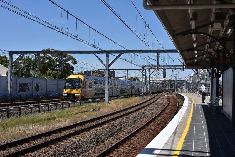 在行动,它的NSW悉尼火车是为悉尼,新南威尔斯,澳大利亚服务的郊区铁路网络 库存照片