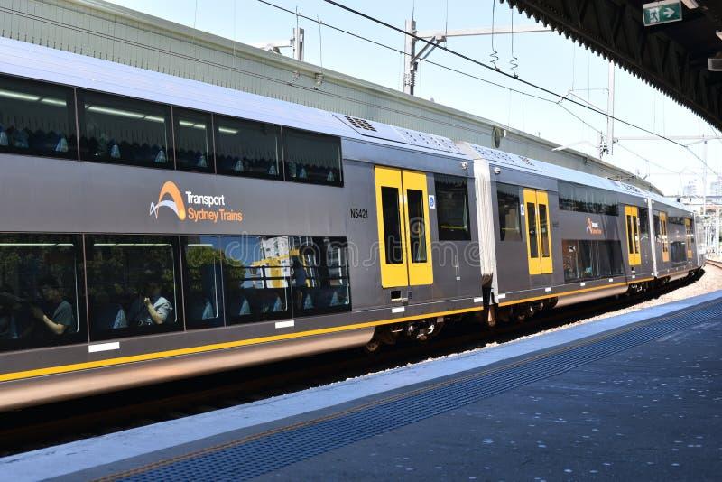 在行动,它的NSW悉尼火车是为悉尼,新南威尔斯,澳大利亚服务的郊区铁路网络 免版税图库摄影
