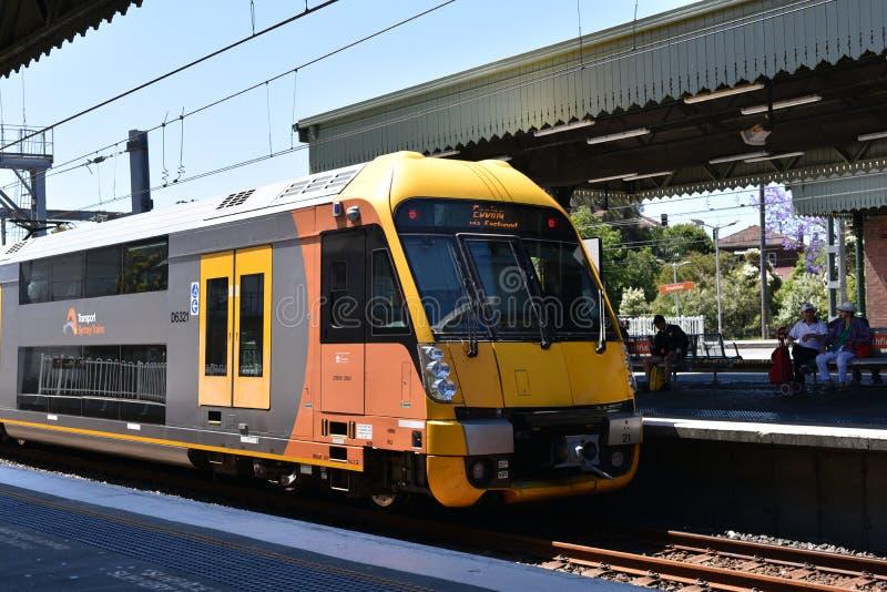 在行动,它的NSW悉尼火车是为悉尼,新南威尔斯,澳大利亚服务的郊区铁路网络 免版税库存照片