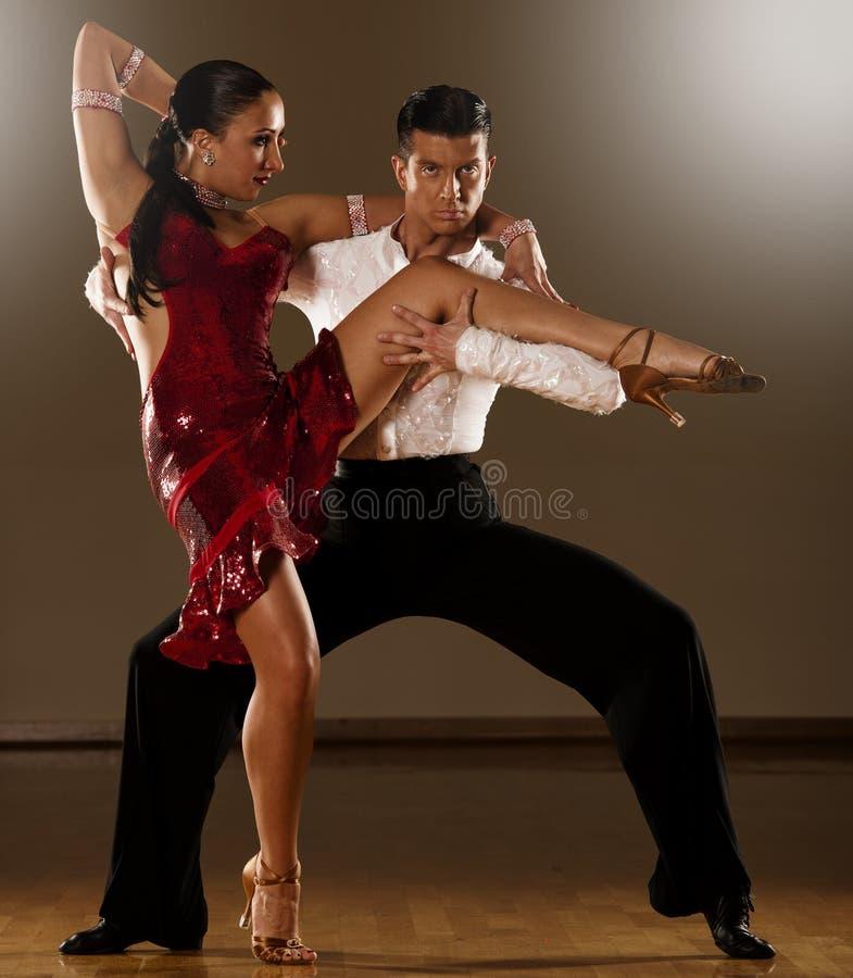 在行动-跳舞的狂放的桑巴的拉丁美州的舞蹈夫妇 库存图片
