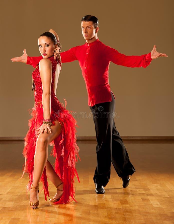 在行动-跳舞的狂放的桑巴的拉丁美州的舞蹈夫妇 免版税库存照片