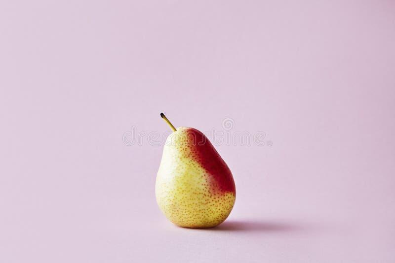 在行家桃红色背景,现代样式的果子的新鲜的红色梨 库存图片