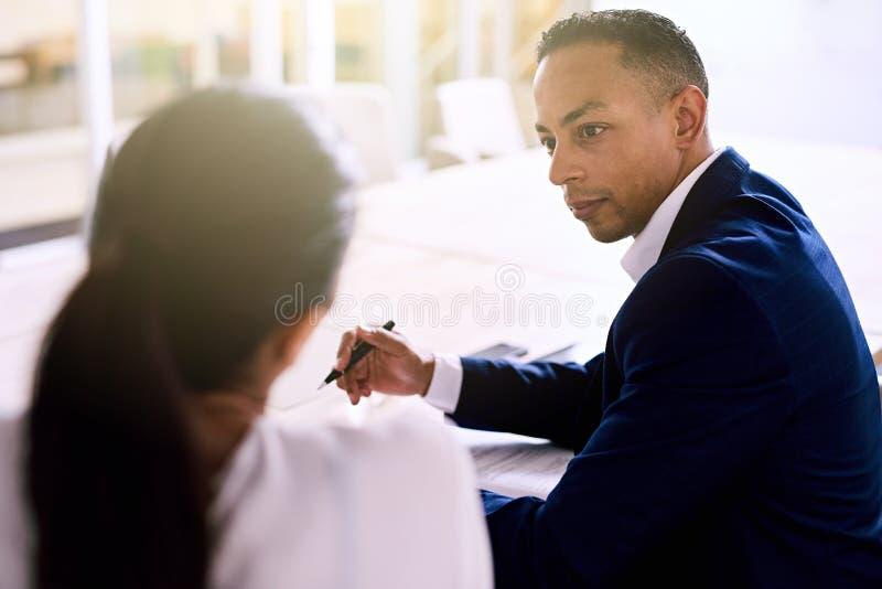 在行政会议期间,在肩膀射击了英俊的商人 图库摄影